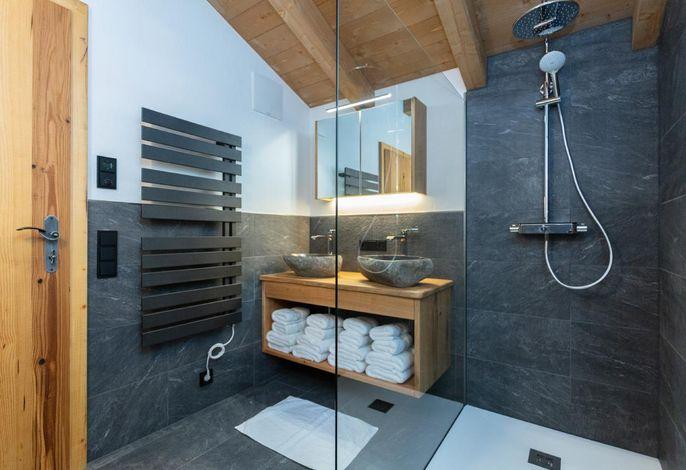 Badezimmer mit Doppelwaschbecken im Obergeschoss