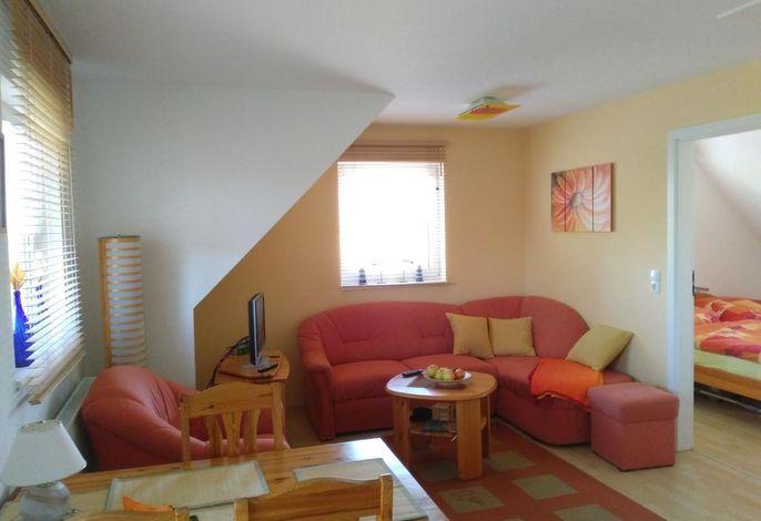 Gemütliche Sitzecke auf ausziehbarer Couch