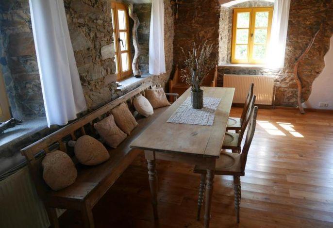 Essecke mit historischem Tisch