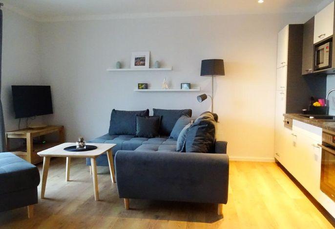 Wohnraum mit großer Einbauküche