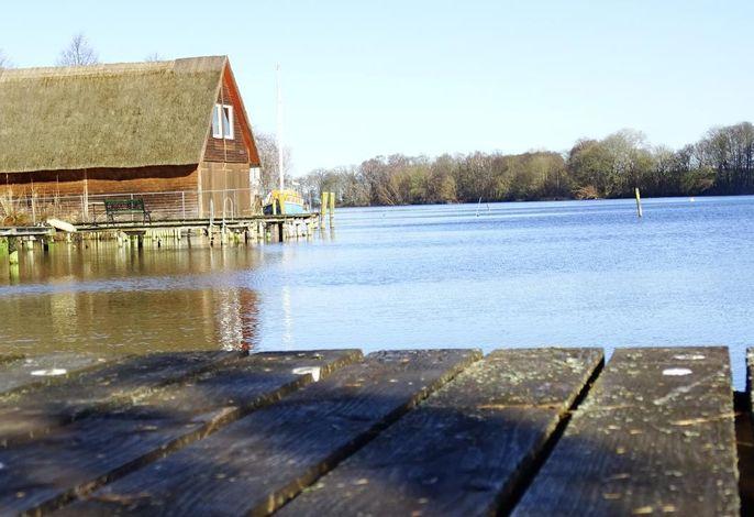 Ferienwohnung am Wasser mit Bootssteg