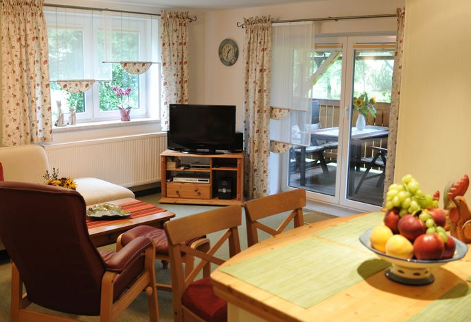 Wohnbereich. Wohnzimmer mit Blick auf die Terasse