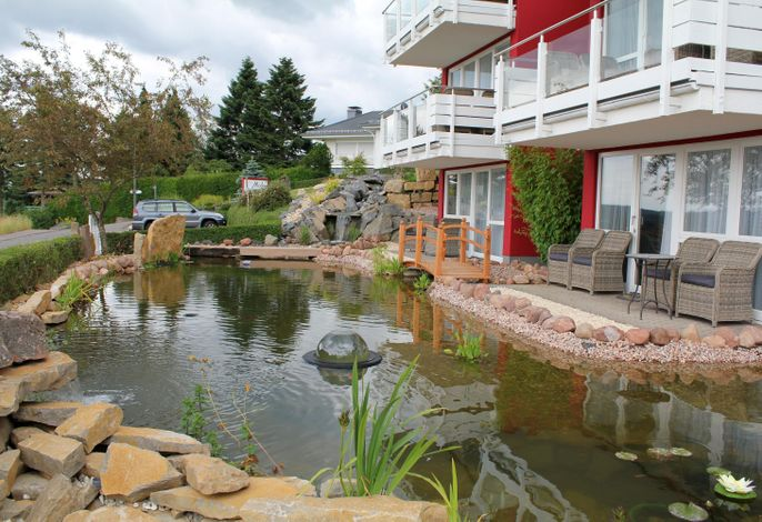 Maarberg Resort, Zierteich vor dem Haus