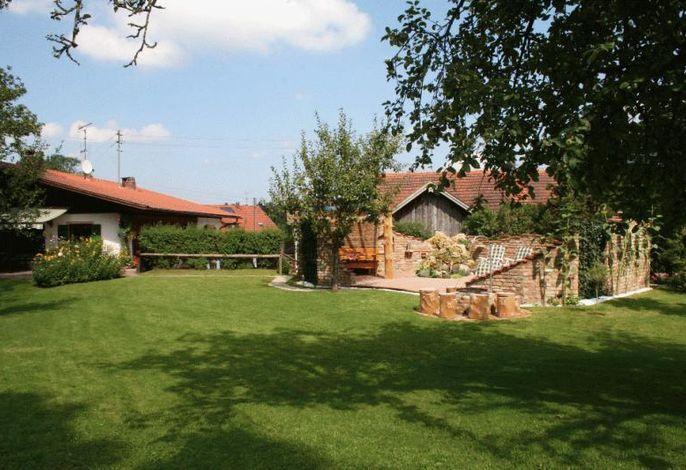 Großer Garten mit Liegewiese und Sonnenterrasse