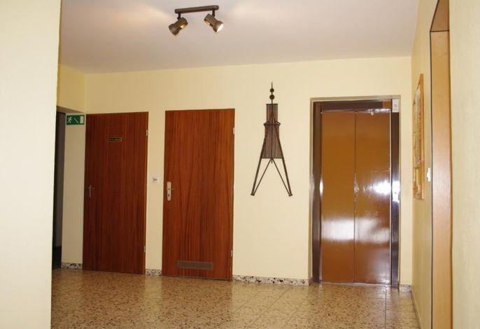 Hochpaterre, Zugang zum Fahrstuhl