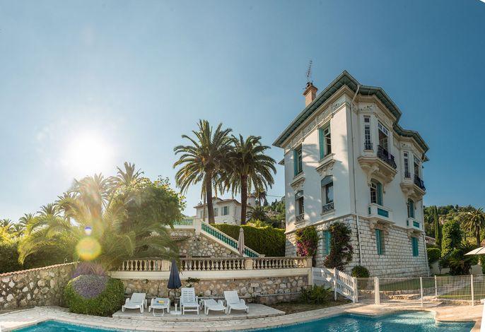 Außenansicht des Gebäudes. Villa mit Palmengarten & Pool