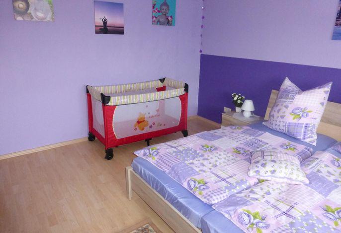 Schlafzimmer 1 mit Babybett