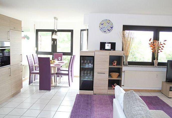 Ferienwohnung Eifelmaar, offene Küche, Essecke