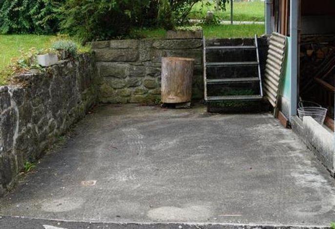 Parkplatz mit Aufgang zu kleiner Wiese