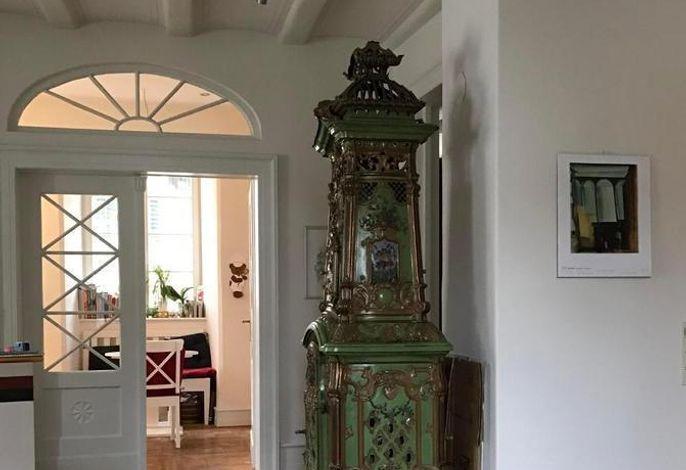 Blick durchs Wohnzimmer zur Küche