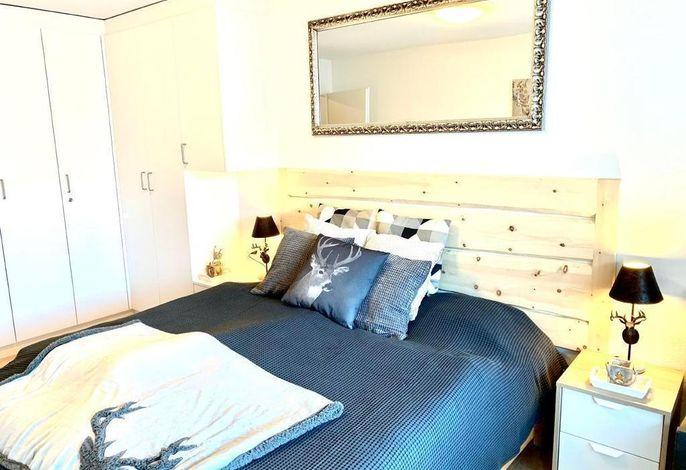 Bequemes Schlafzimmer mit hochwertiger Matratze und Bettsachen