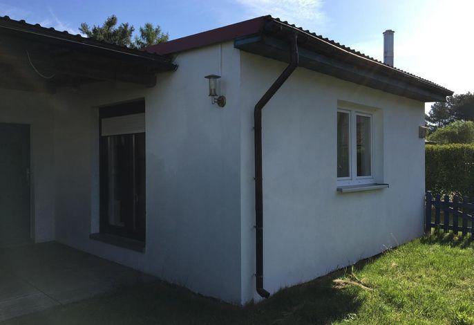 Außenansicht mit Eingangsbereich und Terrasse