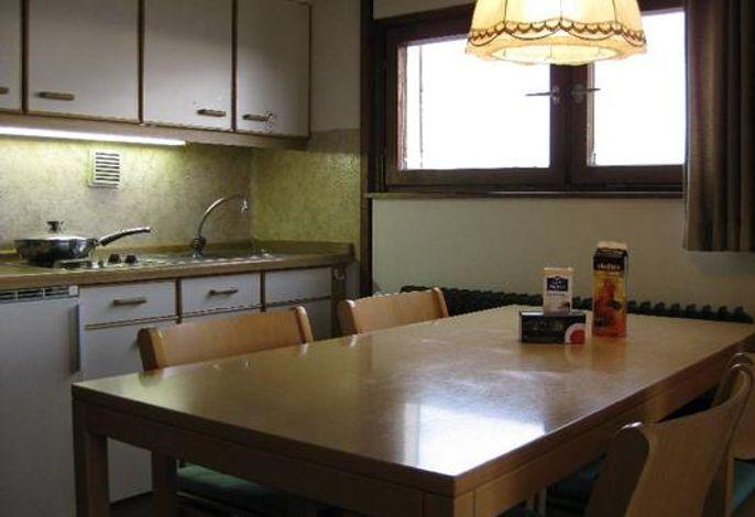 Küchenzeile mit Tisch