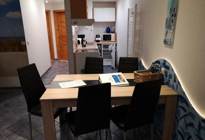 Küche von der Essecke und Wohnzimmer aus zu sehen