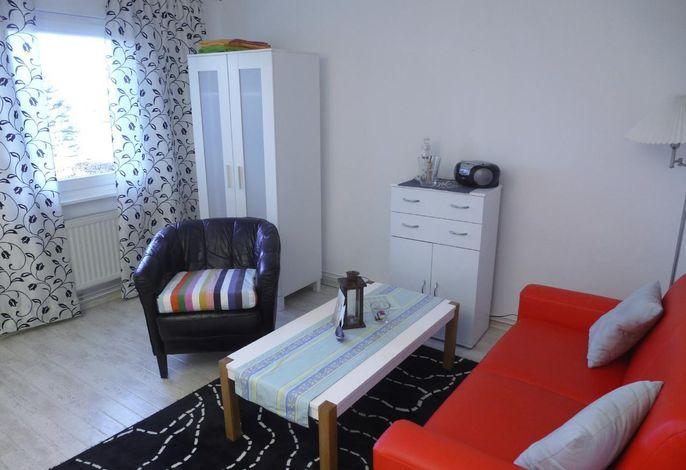 Modern und maritim eingerichtetes Wohnzimmer.