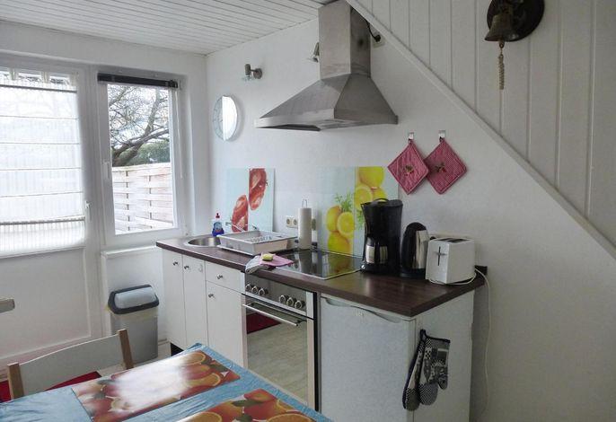 Vollausgestattete Küche mit Ceranherd, Kühlschrank mit Gefrierfach, Toaster, Kaffeemaschine, Wasserkocher.