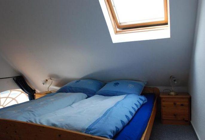 Das Schlafzimmer mit dem Doppelbett, 180x200 cm