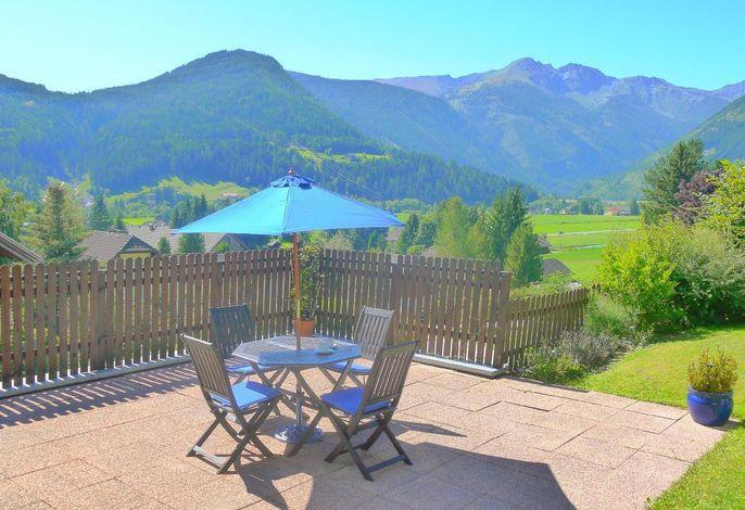 Terrasse mit Panoramablick auf die Berge