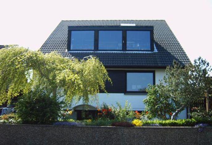 Außenansicht des Gebäudes. Hausansicht mit Vorgarten, Nordansicht