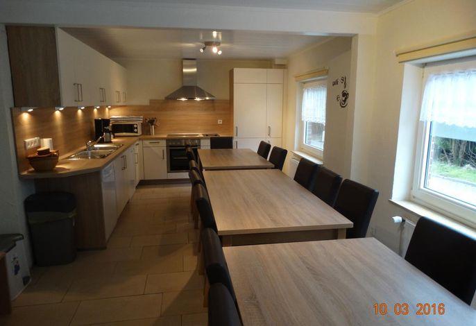 große Küche mit genügend Sitzgelegenheiten
