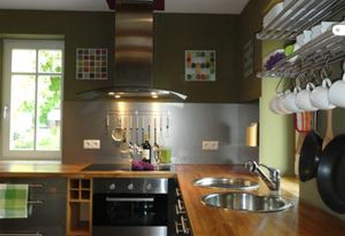 voll ausgestattete Küche mit Induktionsherd