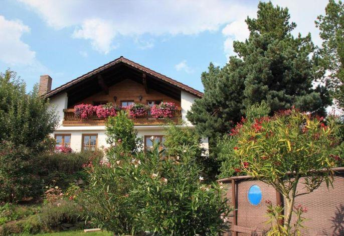 Aussenansicht auf Balkon Apartment, Garten und Pool