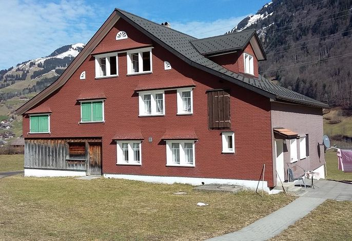 Ansicht von hinten mit Sitzplatz und Hauseingang