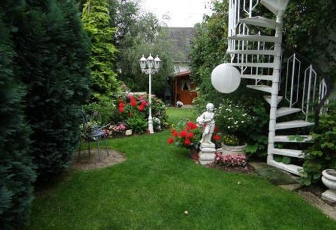 Blick in unseren uneinsichtigen Garten mit Liegewiese und auf das Gartenhaus.