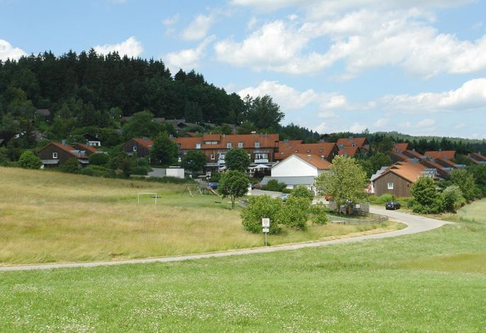 Blick auf das Feriendorf mit Kellerberg