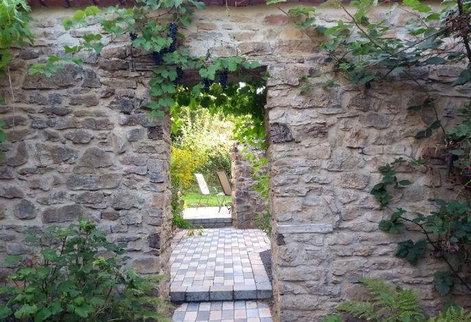 Durchgang zum Garten der Ferienwohnung