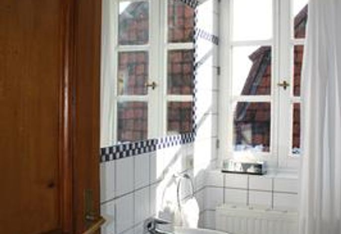 Bad im Obergeschoss mit Waschbecken, WC und Badewanne