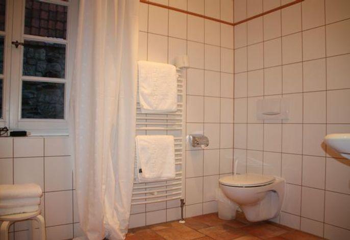 Bad im EG mit Dusche, Bidet, WC und Waschbecken
