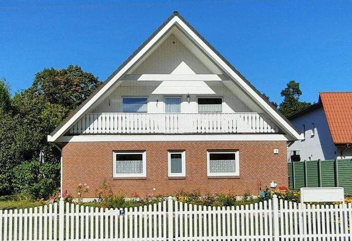Die Ferienwohnung befindet sich im Obergeschoß eines Zweifamilienhauses.