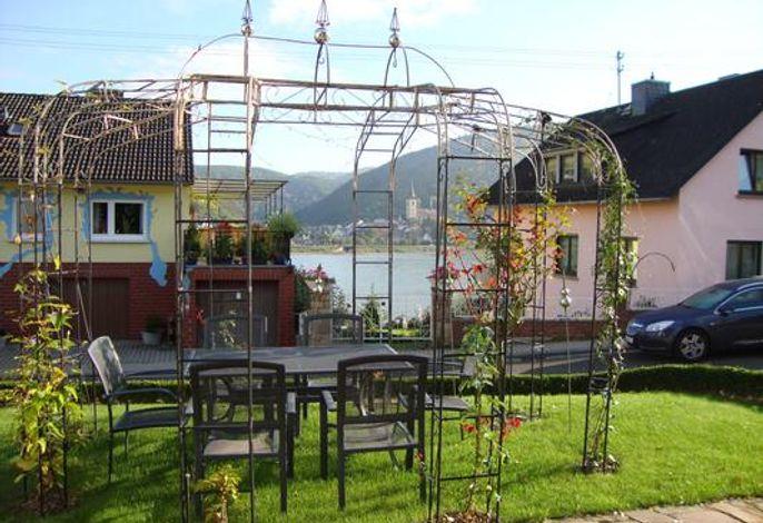 Sitzgelegenheit im Pavillon vor dem Haus mit Möglichkeit zum Grillen