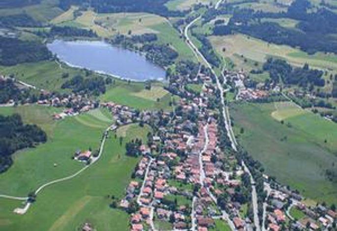 Bad Bayersoien am See mit Blick in die Ammergauer Alpen
