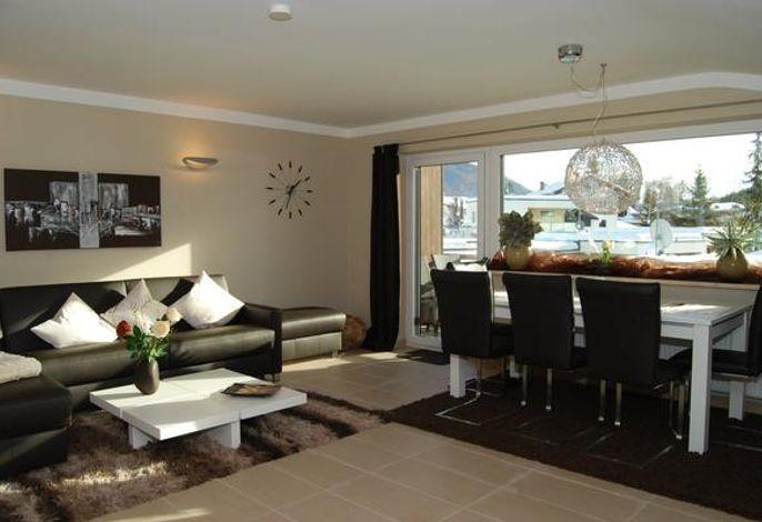 Wohnzimmer mit Essbereich für 6 Personen und gigantischem Ausblick auf die Alpen und Seefeld