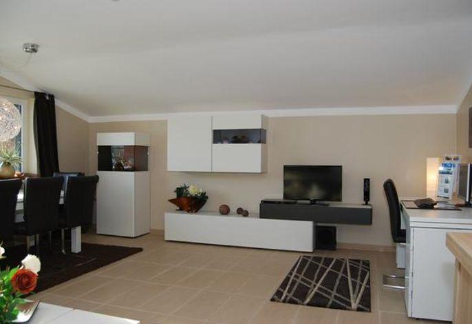 Wohnzimmer mit Essbereich, gemütlichem Farb-Elektrokamin, LED TV, PC,DVD, CD, Laptop kostenlosem WLAN, Sekretär, Drucker