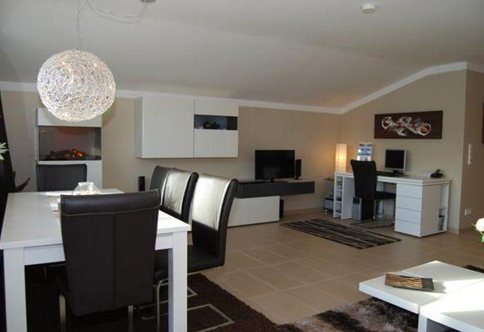 Wohnzimmer mit gemütlichem Farb-Elektro-Kamin, LED TV, DCD, CD, Sekretär mit Laptop und kostenlosem WLAN, Fax, Drucker,