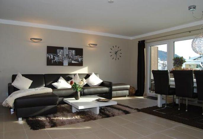 Wohnzimmer mit Ledersofa und Recamieré - in dem Ledersofa ist ein 1,80 m breites Doppelbett integriert