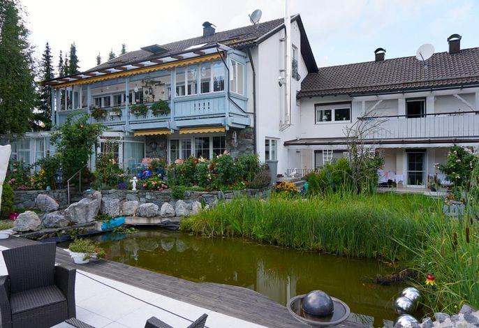 Haus Außenansicht, Gemeinschaftsterrasse am Teich