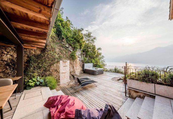 Geschützte Terrasse mit Whirlpool, Esstisch, Außendusche