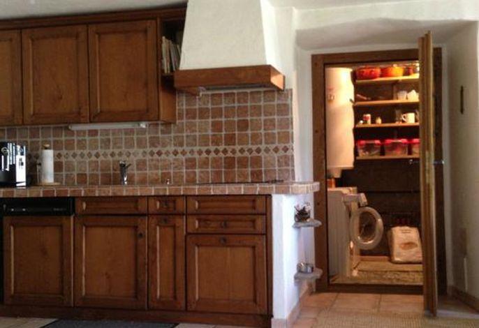 Erdgeschoss mit Küche und Kellerraum mit Waschmaschine