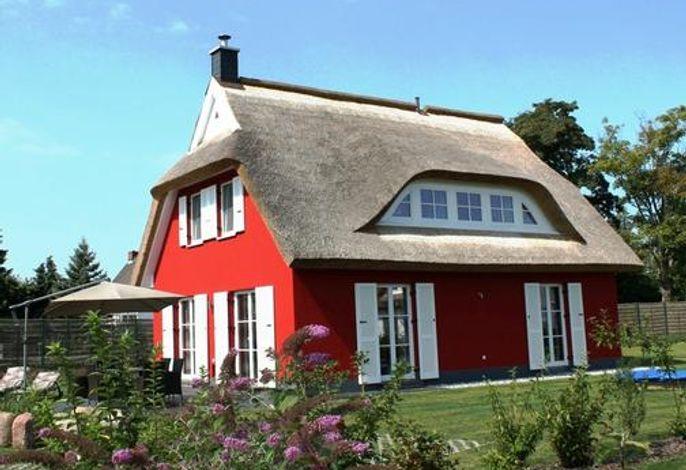 Außenansicht mit Garten inkl. Terrasse, Terrassenmöbeln, Strandkorb, Sonnenschirm, u.s.w.