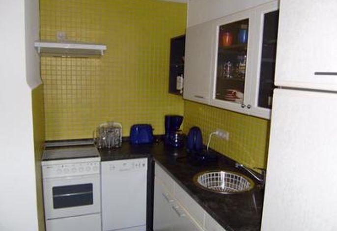 Küche mit Backofen, Kühlschrank, Gefrierschrank, Mikrowelle, Geschirrspüler, uvm