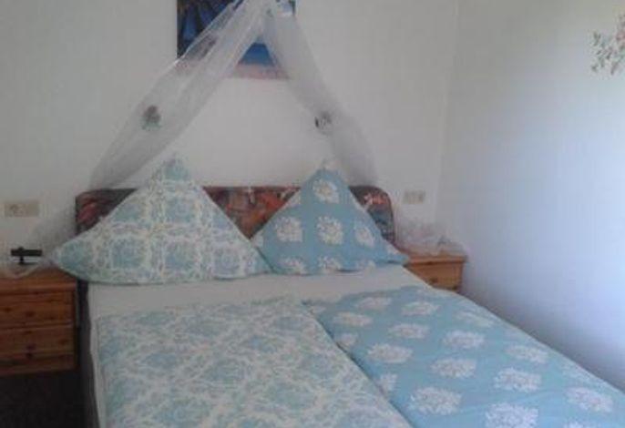 schlafzimmer, bett 160x200 cm , 4 türiger kleiderschrank
