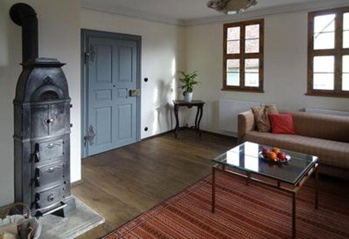 Wohnzimmer mit historischem Holzofen