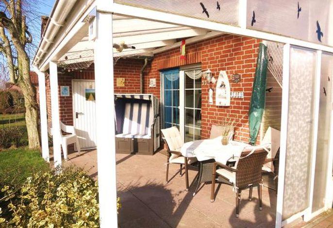 Überdachte Terrasse mit Strandkorb, Terrassenmöbel, Außenabstellraum und Doppelflügeltür zum WZ