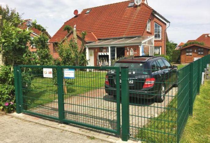 Hausfront mit komplett umzäunten Grundstück, Einstellplatz, Gartenhaus und überdachter Terrasse