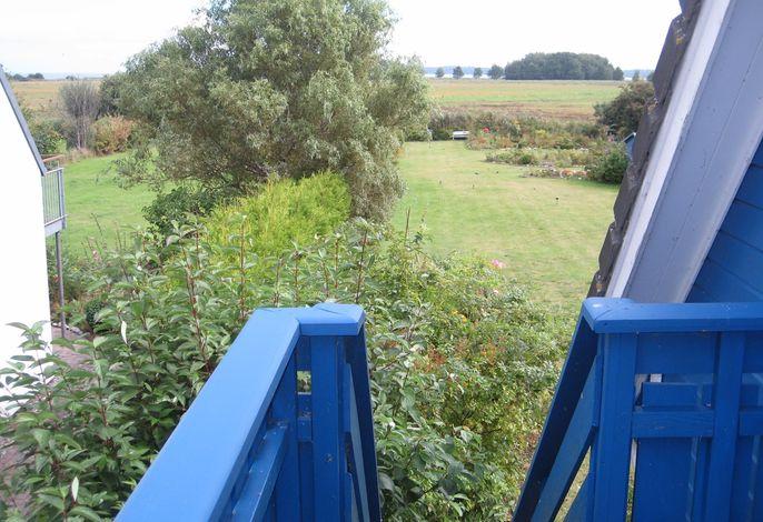 Ferienwohnung mit Balkon, Blick zum Wasser und Garten