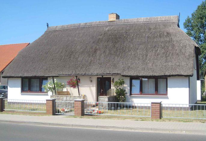Ferienwohnung mit überdachter Terrasse im reetgedeckten Haus, 300 m zum Boddenstrand